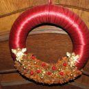 Adventni venček za na vrata. rdeče zelena kombinacija z zvezdastim janežem in angelčki