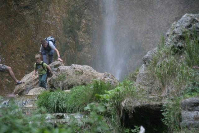 Tuširanje pod velikim slapom je kar priajlo, saj se je dan ogrel