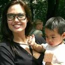 Angelina s posvojencem Madoxem.