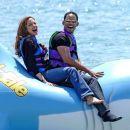 Angelina se zabava na vodi.