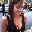 Angelina deli avtograme njenim številnim oboževalcem.