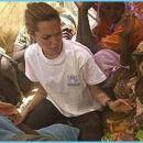 Angelina med afriškimi otroki.