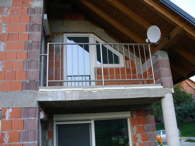 Zgoraj - rostfrei ograja na balkonu Spodaj - drsna vrata brez in s komarnikom