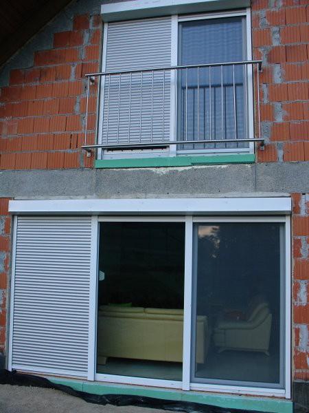 Zgoraj - rostfrei ograja na francoskem balkončku, ALU roleta in vrata s komarnikom. Spoda