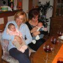 Mene drži babičina prijateljica Nevenka. Ona mojo mamico pozna, ko je bila ta še v vrtcu.