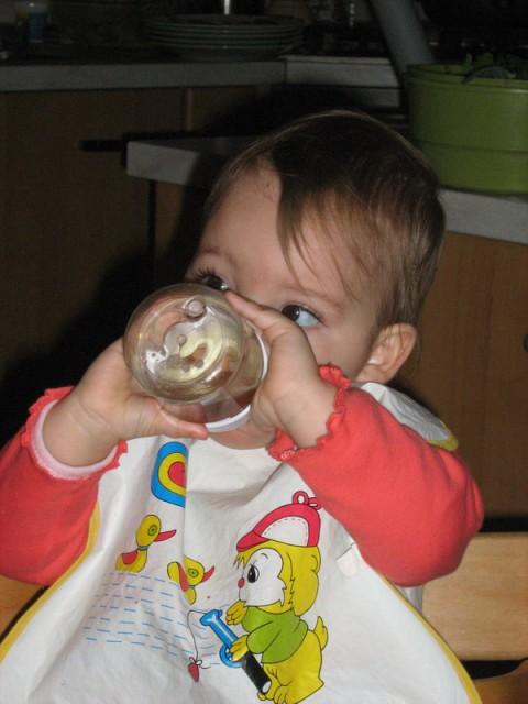 Tud sede si znam že dovolj dvignit flaško, da ne cuzam zraka in da lahko VSE popijem (pač