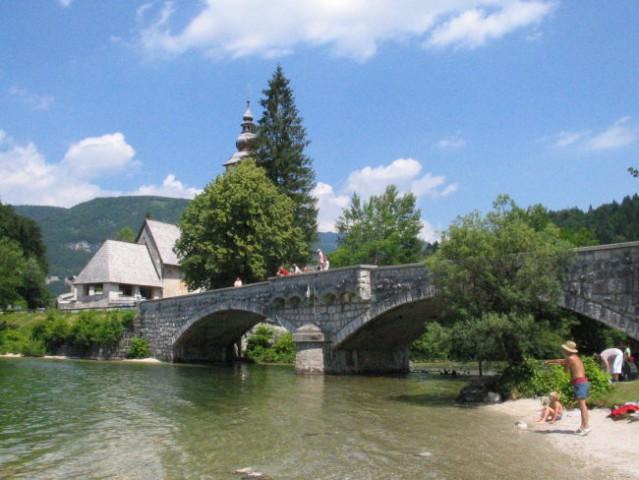 Ob jezeru je cerkvica