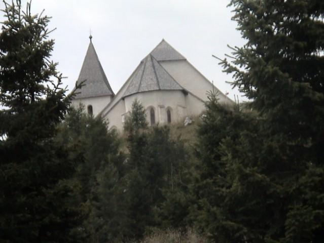 Cerkev na vrhu stoji