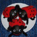 Darža:  stiroporno jajce je pobarvano s črnim akrilom. Rdeč filc za krila in  črn fun&fa