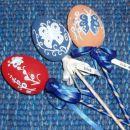 Kika:  plastična jajčka, granitna barva, akrilne barve in kristalčki.