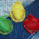 Nena:  stiroporni pirhki so oviti z vrvjo in pobarvani z različnimi odtenki določene barv