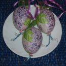 Tamala_8:  to je plastičen jajček, olepšan s servetno tehniko. Skozi jajček tečeta dve ž