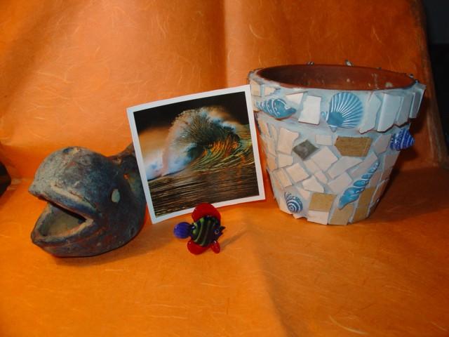 Mica za BojoMojo (lonček za rože, mozaično obdelan s keramičnimi ploščicami in morskimi ži
