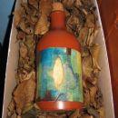 Keka358 za vesoljčico (keramična steklenica/ vaza na blazini listja, na zamašku je dodan k
