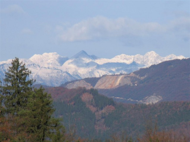 Najprej so se nam pokazale Kamniško-savinjske Alpe ali Grintovci po domače …