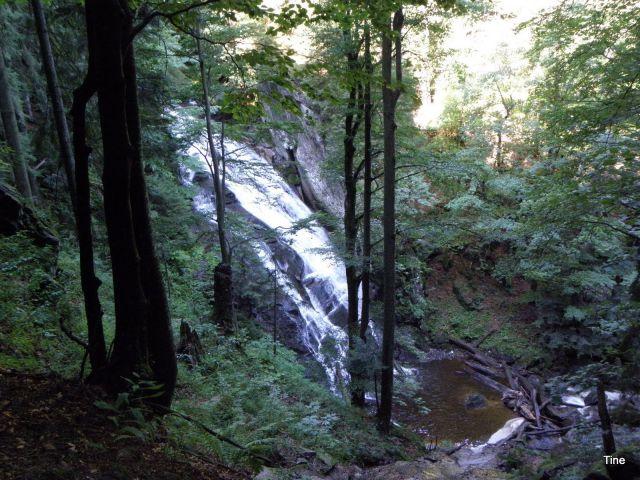 Mogočne vode se valijo čez širok skok