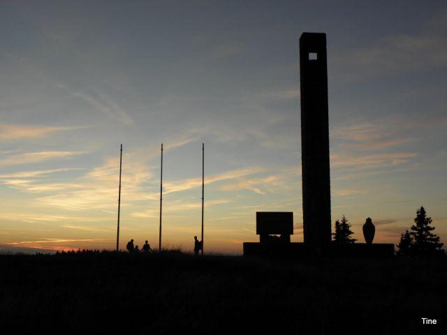 Ribniški vrh s partizanskim spomenikom v večerni zarji
