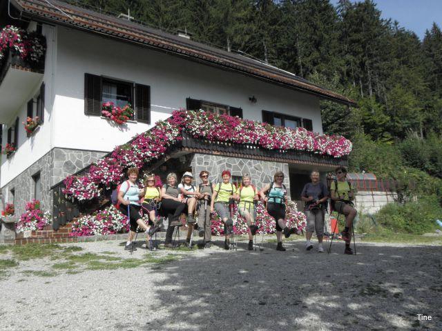 Generalka pred hiško v cvetju