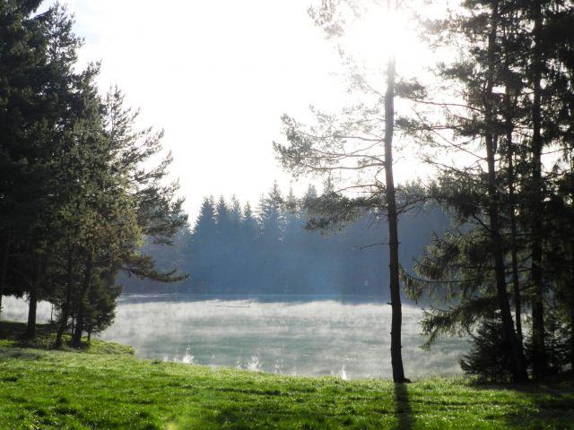 Jutranje meglice nad Bloškim jezerom so napovedovale lepo vreme