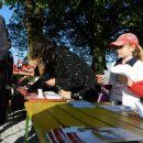 Tudi mlajši so organizatorjem priskočili na pomoč pri vpisovanju pohodnikov