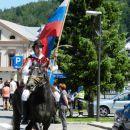 Sledil je konjenik s slovensko trobojnico