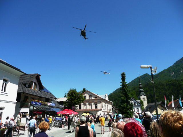 Slavnostni sprevod sta nadletavala helikopterja