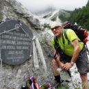 Miran ob obeležju ponesrečenih gorskih reševalcev, med njimi tudi njegov  prijatelj