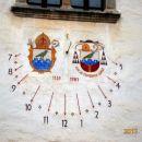 Sončna ura na pročelju z grboma samostana