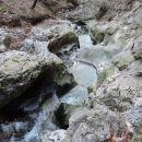 V malih tolmunčkih drobni kamni še naprej meljejo in brusijo