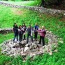 Za nadaljevanje poti so nekateri odšli po dodatno pomoč v središče kamnitega polža