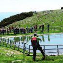 Miran nas je ovekovečil na ograji ob umetnem jezercu