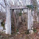 Še vrata bo potrebno namestiti in ponovno sezidati hiško