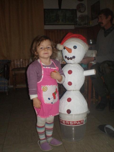 Tako moj snežak je končan. Mama, daj šal!