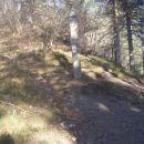...desno planinska pot in levo navzgor po vršnem grebenu nad Galkami...