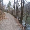 ...levo vodi planinska pot...