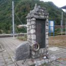 ...pomnik talcem in borcem ob železniški postaji, ki je tudi nekje center naselja...