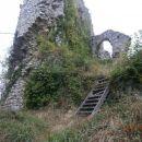 ...ruševine, nekoč za velikost kraja kar mogočnega gradu...