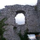 ...v notranjosti ruševin gradu...