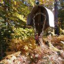 ...ob križu globoko v gozdu pred vzponom...