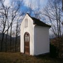 ...kapelica , neposredno ob cerkvici...