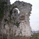 ...ruševine, pričajo o burni preteklosti...