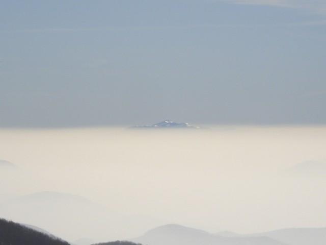Na jugu samo Snežnik gleda iz megle