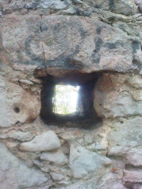 Malo okence v obzidju
