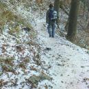spust proti domu sneženo
