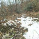 tu pa tam še malo snega