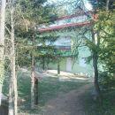 dom v jutranjem soncu