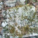 zanimivi kamen na vrhu