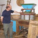 mlinar pri mletju zrnja