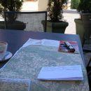 pregled marš rute ob jutranji kavici