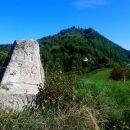 spredaj mejni kamen še iz Marije Terezije,zadej gor Sv.Avguštin